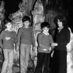 με τα παιδιά της στο σπήλαιο του Περάματος